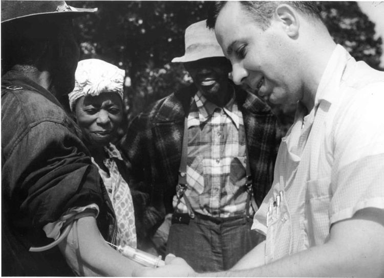 1024px-Tuskegee-syphilis-study_doctor-injecting-subject